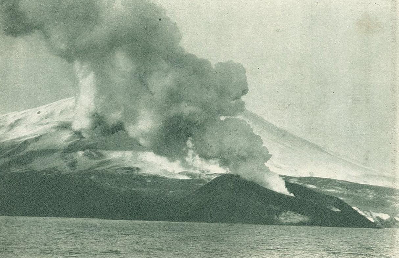 写真3:同火山新島まで4分の1哩接近して撮影