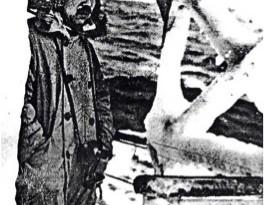 写真1. 結氷している快鳳丸船上の武富船長。180cm位はあった大柄の堅強な身体であったという。(日本極地研究会刻印のコピー資料)。
